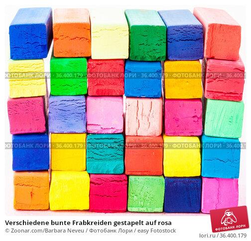 Verschiedene bunte Frabkreiden gestapelt auf rosa. Стоковое фото, фотограф Zoonar.com/Barbara Neveu / easy Fotostock / Фотобанк Лори