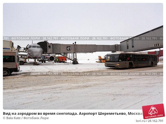 Купить «Вид на аэродром во время снегопада. Аэропорт Шереметьево, Москва, Россия», фото № 28162791, снято 26 декабря 2017 г. (c) Bala-Kate / Фотобанк Лори