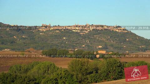 Купить «Вид на старинный городок Монтепульчано сентябрьским вечером. Тоскана, Италия», видеоролик № 29918463, снято 20 сентября 2017 г. (c) Виктор Карасев / Фотобанк Лори