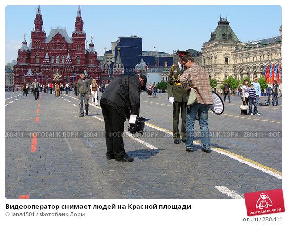 Видеооператор снимает людей на Красной площади, эксклюзивное фото № 280411, снято 5 мая 2008 г. (c) lana1501 / Фотобанк Лори