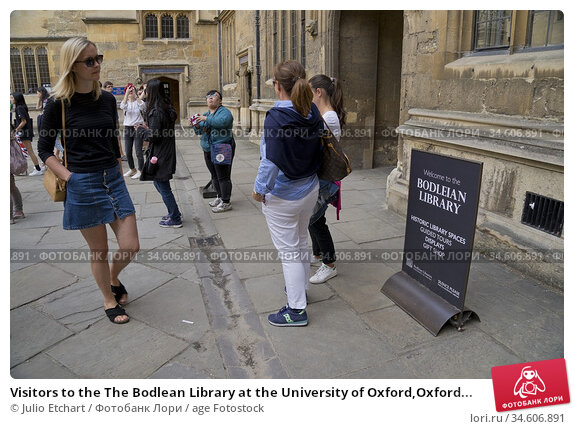 Visitors to the The Bodlean Library at the University of Oxford,Oxford... (2019 год). Редакционное фото, фотограф Julio Etchart / age Fotostock / Фотобанк Лори