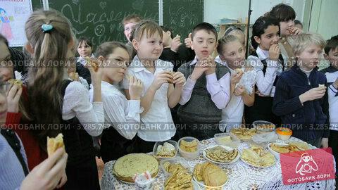 Купить «Вкусный праздник Масленица в начальной школе. Мамы помогли детям настряпать блинов», видеоролик № 3285767, снято 24 февраля 2012 г. (c) Федор Королевский / Фотобанк Лори