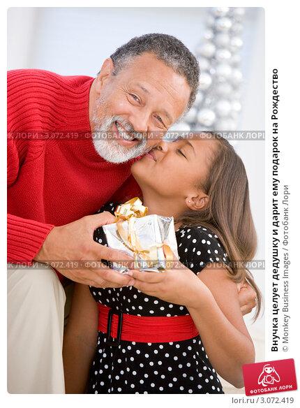 дедушки целует руку внучке фото