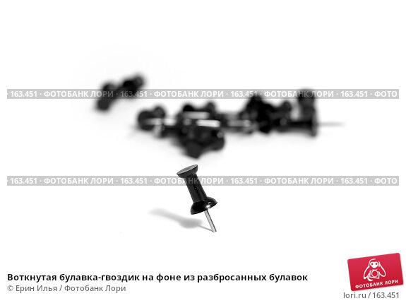 Воткнутая булавка-гвоздик на фоне из разбросанных булавок, фото № 163451, снято 30 декабря 2007 г. (c) Ерин Илья / Фотобанк Лори