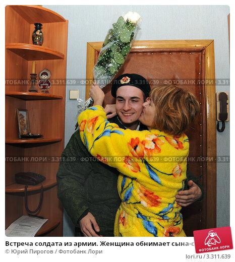 Купить «Встреча солдата из армии. Женщина обнимает сына-солдата, отслужившего в армии.», фото № 3311639, снято 28 ноября 2011 г. (c) Юрий Пирогов / Фотобанк Лори