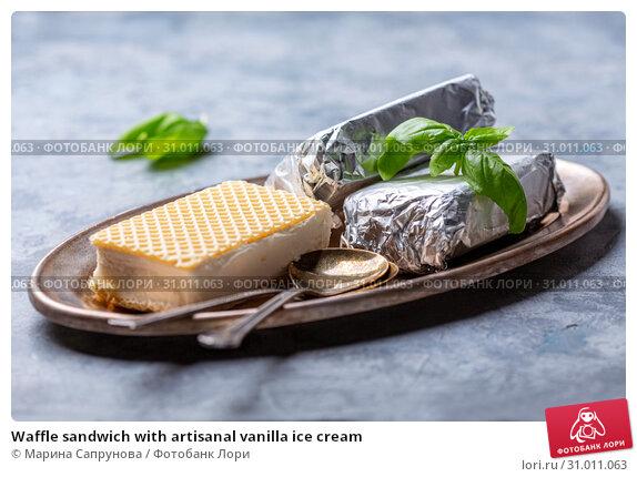 Waffle sandwich with artisanal vanilla ice cream. Стоковое фото, фотограф Марина Сапрунова / Фотобанк Лори