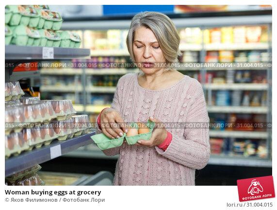 Woman buying eggs at grocery. Стоковое фото, фотограф Яков Филимонов / Фотобанк Лори
