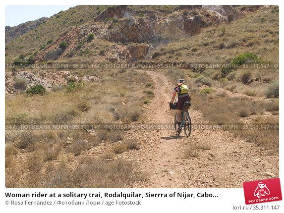 Woman rider at a solitary trai, Rodalquilar, Sierrra of Nijar, Cabo... Стоковое фото, фотограф Rosa Fernández / age Fotostock / Фотобанк Лори