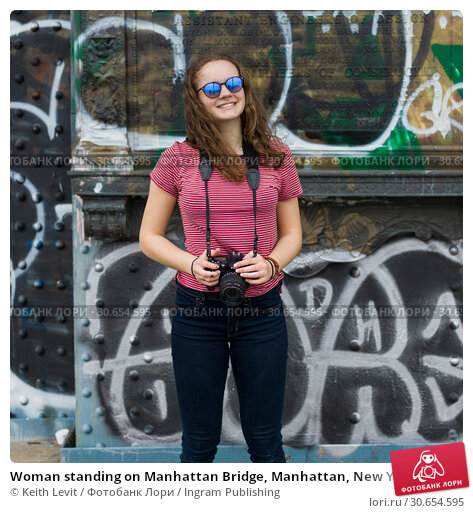 Купить «Woman standing on Manhattan Bridge, Manhattan, New York City, New York State, USA», фото № 30654595, снято 17 февраля 2020 г. (c) Ingram Publishing / Фотобанк Лори