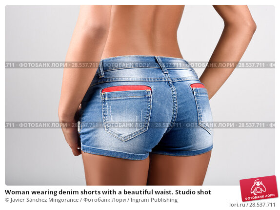 Купить «Woman wearing denim shorts with a beautiful waist. Studio shot», фото № 28537711, снято 10 февраля 2015 г. (c) Ingram Publishing / Фотобанк Лори