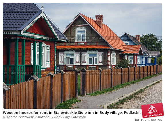 Wooden houses for rent in Bialowieskie Siolo inn in Budy village, Podlaskie Voivodeship in Poland. Стоковое фото, фотограф Konrad Zelazowski / age Fotostock / Фотобанк Лори