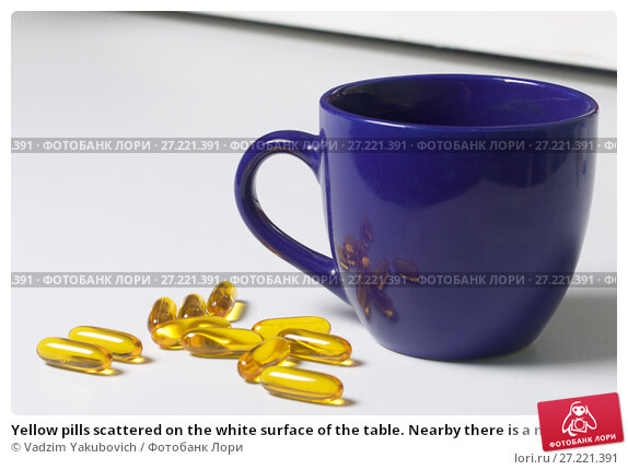 Купить «Yellow pills scattered on the white surface of the table. Nearby there is a mug with water and one pill for use.», фото № 27221391, снято 14 ноября 2017 г. (c) Vadzim Yakubovich / Фотобанк Лори