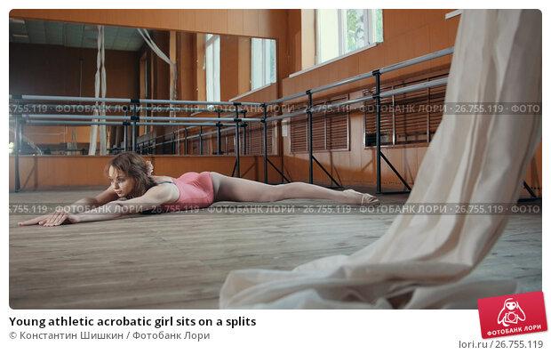 Купить «Young athletic acrobatic girl sits on a splits», фото № 26755119, снято 23 марта 2018 г. (c) Константин Шишкин / Фотобанк Лори