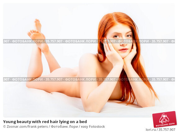 Young beauty with red hair lying on a bed. Стоковое фото, фотограф Zoonar.com/frank peters / easy Fotostock / Фотобанк Лори