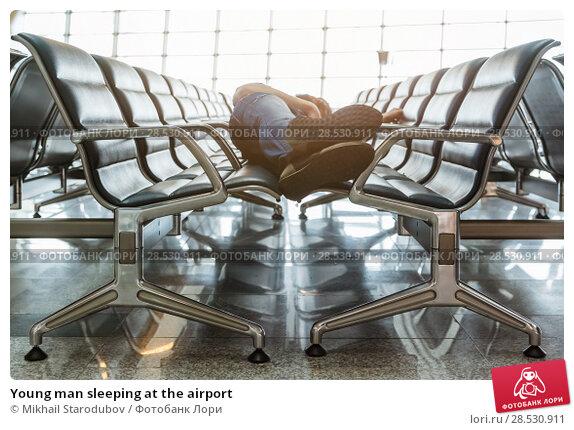Купить «Young man sleeping at the airport», фото № 28530911, снято 21 ноября 2018 г. (c) Mikhail Starodubov / Фотобанк Лори