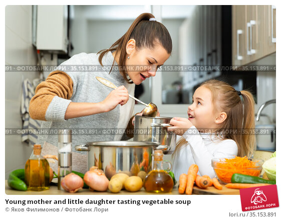 Young mother and little daughter tasting vegetable soup. Стоковое фото, фотограф Яков Филимонов / Фотобанк Лори