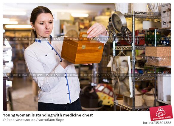 Young woman is standing with medicine chest. Стоковое фото, фотограф Яков Филимонов / Фотобанк Лори