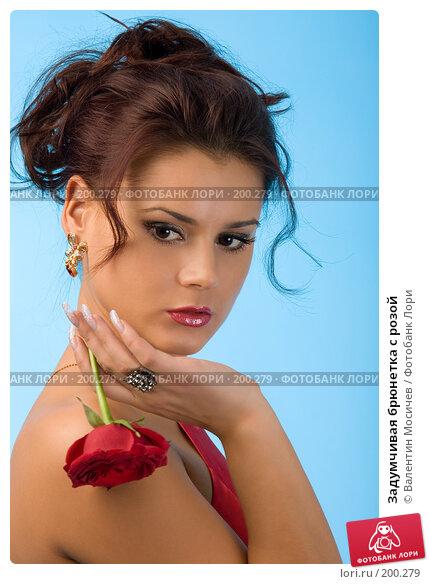 Задумчивая брюнетка с розой, фото № 200279, снято 8 декабря 2007 г. (c) Валентин Мосичев / Фотобанк Лори