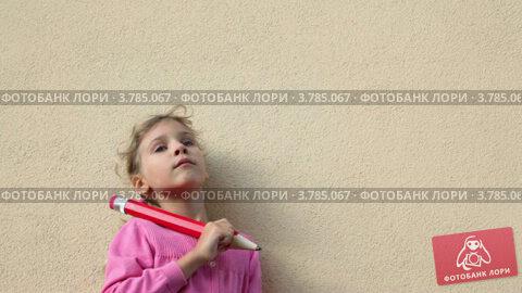 Задумчивая девочка с большим карандашом, видеоролик № 3785067, снято 19 июля 2012 г. (c) Losevsky Pavel / Фотобанк Лори