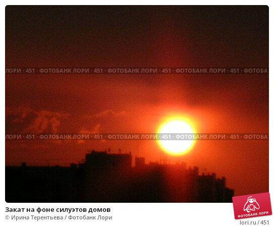 Закат на фоне силуэтов домов, эксклюзивное фото № 451, снято 8 августа 2004 г. (c) Ирина Терентьева / Фотобанк Лори