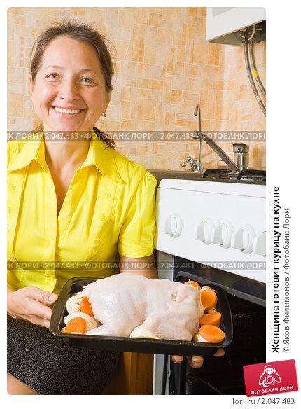 Купить «Женщина готовит курицу на кухне», фото № 2047483, снято 7 октября 2010 г. (c) Яков Филимонов / Фотобанк Лори