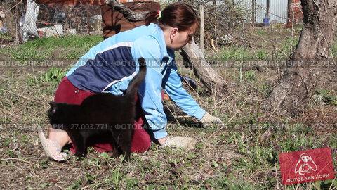 Женщина работает на даче. Женщина рвет сорную траву, видеоролик № 27003771, снято 4 апреля 2017 г. (c) Олег Хархан / Фотобанк Лори