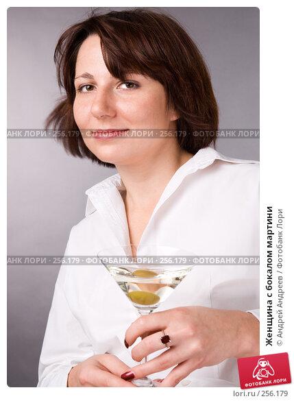 Женщина с бокалом мартини, фото № 256179, снято 25 ноября 2007 г. (c) Андрей Андреев / Фотобанк Лори