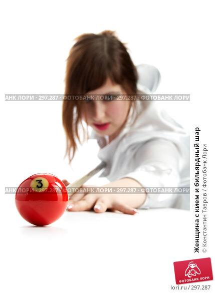 Женщина с кием и бильярдный шар, фото № 297287, снято 2 ноября 2007 г. (c) Константин Тавров / Фотобанк Лори