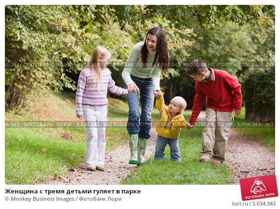 Купить «Женщина с тремя детьми гуляет в парке», фото № 3034343, снято 18 октября 2006 г. (c) Monkey Business Images / Фотобанк Лори