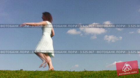 Купить «Женщина танцует на поляне», видеоролик № 3525067, снято 25 июля 2008 г. (c) Losevsky Pavel / Фотобанк Лори