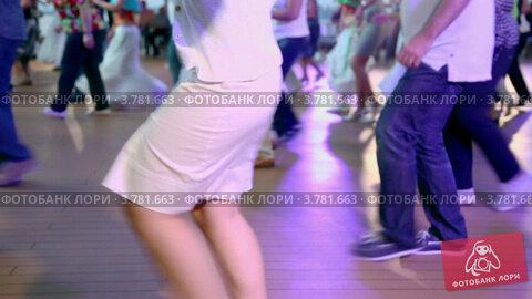 Купить «Женщина танцует со многими другими людьми в латиноамериканском стиле», видеоролик № 3781663, снято 5 июня 2012 г. (c) Losevsky Pavel / Фотобанк Лори