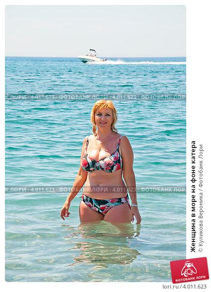 Купить «Женщина в море на фоне катера», эксклюзивное фото № 4011623, снято 27 февраля 2010 г. (c) Куликова Вероника / Фотобанк Лори