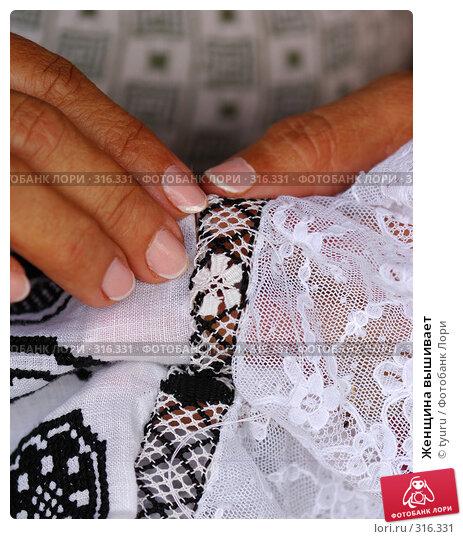 Женщина вышивает, фото № 316331, снято 30 января 2006 г. (c) tyuru / Фотобанк Лори
