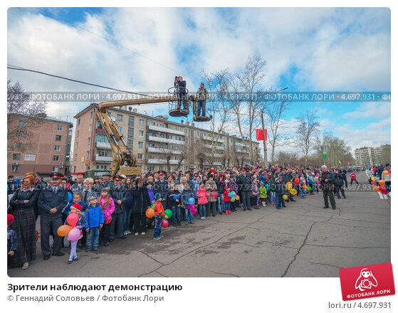 Зрители наблюдают демонстрацию, эксклюзивное фото № 4697931, снято 9 мая 2013 г. (c) Геннадий Соловьев / Фотобанк Лори