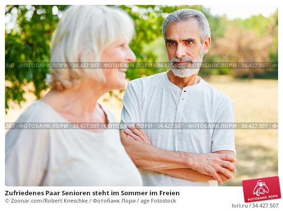 Zufriedenes Paar Senioren steht im Sommer im Freien. Стоковое фото, фотограф Zoonar.com/Robert Kneschke / age Fotostock / Фотобанк Лори